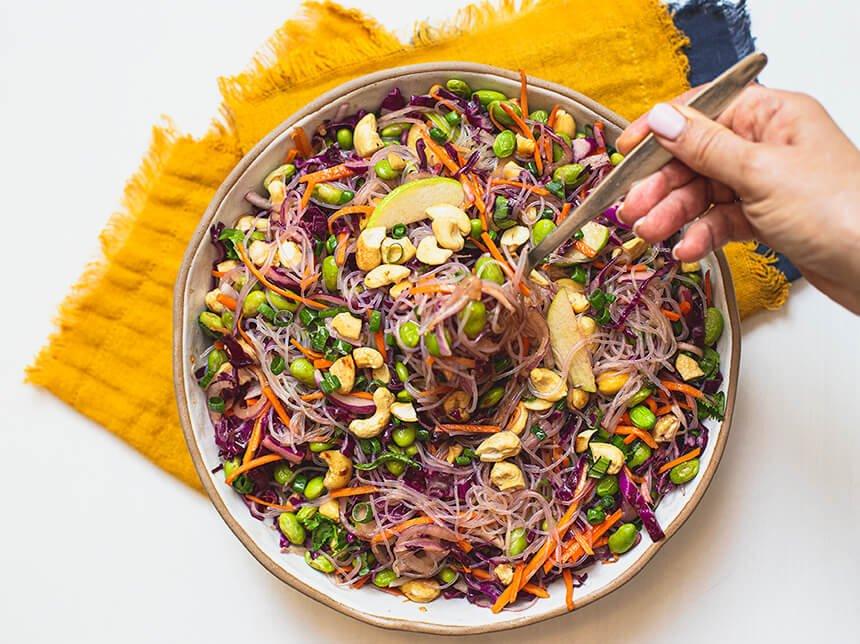 סלט אסיאתי עם אטריות-מטבח לייט