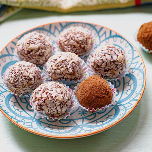 כדורי תמרים, אגוזים וקקאו